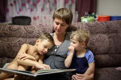 мать детей книги читая к Стоковая Фотография