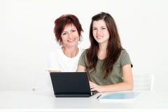 мать домашней работы предназначенная для подростков Стоковые Изображения RF