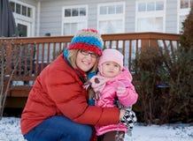 мать дочи играя снежок Стоковое фото RF