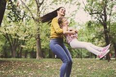 мать дочи играя совместно Мать поворачивает ее дочь Стоковое Изображение RF