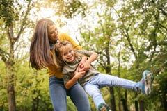 мать дочи играя совместно Мать поворачивает ее дочь Стоковая Фотография RF