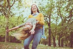 мать дочи играя совместно Мать поворачивает ее дочь Стоковые Изображения RF