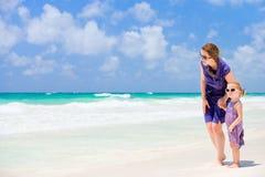 мать дочи пляжа Стоковые Изображения RF