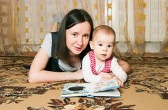 мать дочи читая к Стоковое Изображение