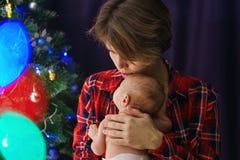 мать дочи newborn Рождество стоковые изображения rf