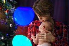 мать дочи newborn Рождество стоковое изображение rf