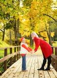 мать дочи outdoors ослабляя Стоковая Фотография RF