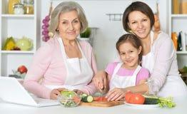 Мать, дочь и бабушка варя совместно Стоковая Фотография RF