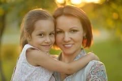 Мать держа дальше вручает дочь Стоковая Фотография RF