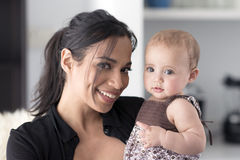 Мать держа ее дочь Стоковое Фото