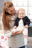 Мать держа милого младенца стоковое фото