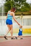 Мать держит руку ее дочери Стоковые Изображения