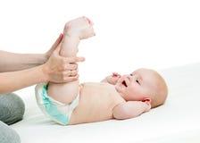 Мать делая гимнастику ее младенец Стоковые Фотографии RF