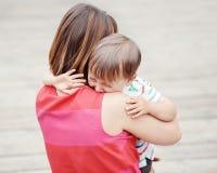 Мать женщины утешая ее плача маленького сына мальчика малыша Стоковые Фото