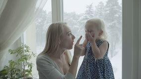 Мать играет с ее милой маленькой дочерью акции видеоматериалы