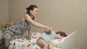 Мать играет с дочерью в кровати акции видеоматериалы