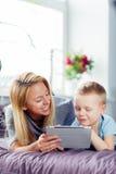 мать играя сынка совместно Стоковые Фотографии RF
