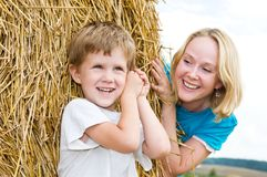 мать играя сынка smiley Стоковая Фотография