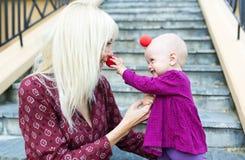 Мать играя с ее усмехаясь младенцем Стоковые Изображения RF
