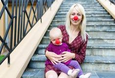 Мать играя с ее усмехаясь младенцем Стоковое Изображение RF