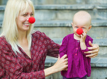 Мать играя с ее усмехаясь младенцем Стоковое Изображение