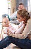 Мать играя с маленькой дочерью дома стоковое фото rf