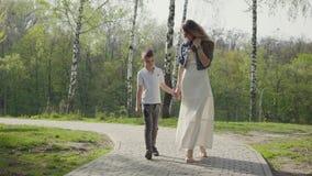 Мать идя с сыном в изумлять зеленый парк r сток-видео