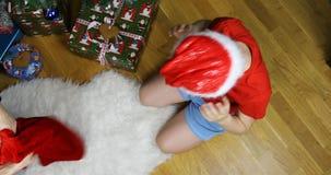 Мать извлекает сумку пустого Нового Года из головы ее сына tomfoolery видеоматериал