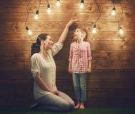 Мать измеряет рост Стоковая Фотография RF