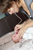 Мать используя носовой всасыватель Стоковые Изображения