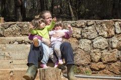 Мать и двойные девушки в саде Стоковая Фотография