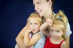Мать и двойные девушки Стоковое Изображение RF