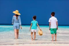 Мать и дети на тропическом пляже стоковое изображение