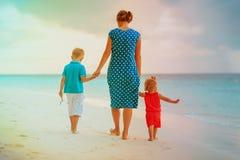 Мать и 2 дет идя на пляж Стоковое Изображение