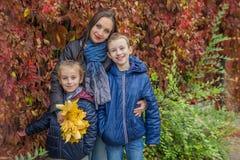 Мать и 2 дет среди осени Стоковое Изображение RF