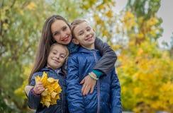 Мать и 2 дет среди осени Стоковые Фото