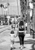Мать и дочь вдоль пристани Santa Cruz, CA Стоковые Изображения RF