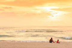 Мать и дочь видя заход солнца и фантастическое небо стоковое фото rf