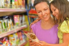 Мать и дочь выбирая продукты Стоковое Фото