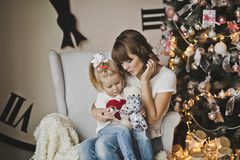 Мать и дочь в белом стуле перед огромными часами Стоковые Изображения RF