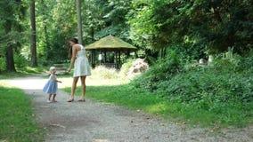 Мать и дочь в древесинах видеоматериал
