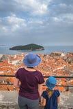 Мать и дочь в Дубровнике стоковое изображение rf
