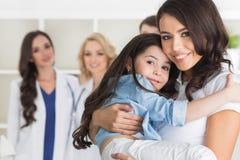 Мать и дочь в клинике Стоковые Фото