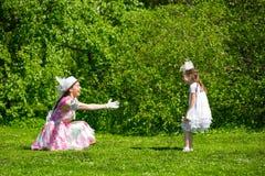 Мать и дочь в парке лета Стоковые Фотографии RF