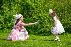Мать и дочь в парке лета Стоковое Изображение RF