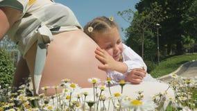 Мать и дочь в парке сток-видео