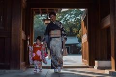 Мать и дочь в японских кимоно стоковые фотографии rf