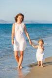 Мать и дочь гуляя на пляж Стоковая Фотография