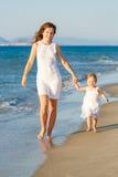 Мать и дочь гуляя на пляж Стоковое Изображение RF