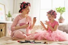 Мать и дочь делают маникюры стоковое изображение